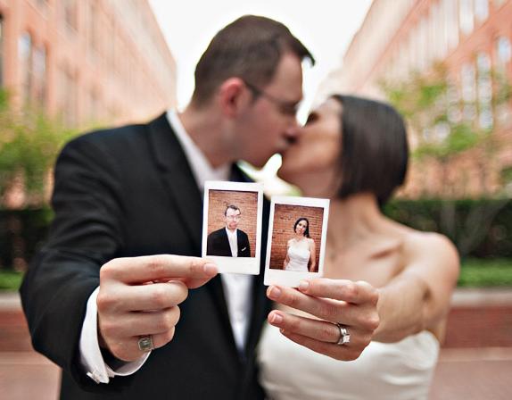 Portrait de deux jeunes mariés ayant loué un polaroid pour leur mariage